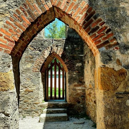 doorway-1457483_1920.jpg